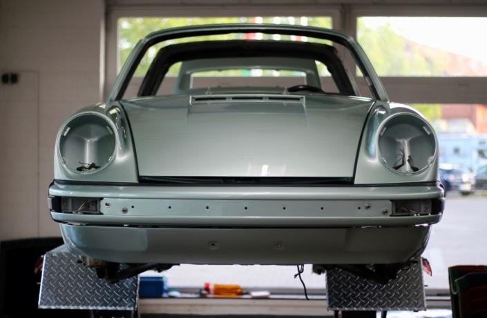 Endmontage 1974 Porsche 911S Targa Silbergrün Front
