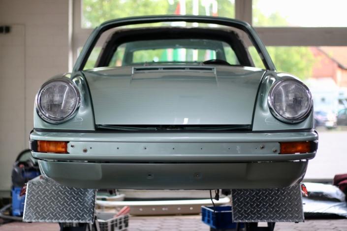 Endmontage 1974 Porsche 911S Targa Silbergrün Scheinwerfer Blinker