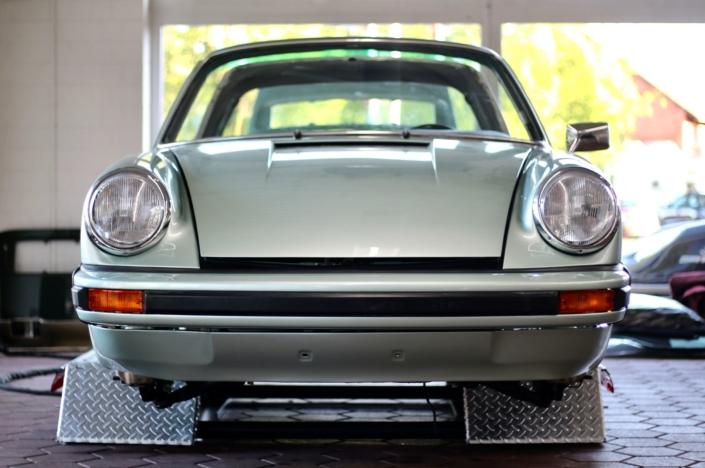 Endmontage 1974 Porsche 911S Targa Silbergrün Scheinwerfer Frontscheibe