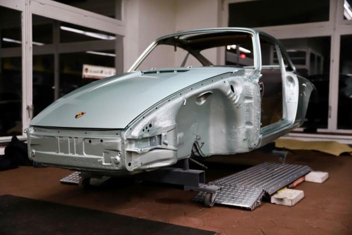 Endmontage Karosserie Lackierung 1977 Porsche 911 Carrera 3.0 Silbergrün