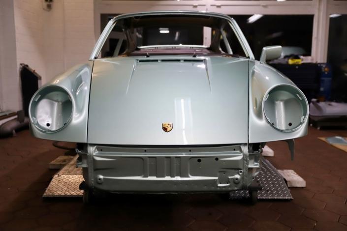 Endmontage Kotflügel Kofferraumklappe 1977 Porsche 911 Carrera 3.0 Silbergrün