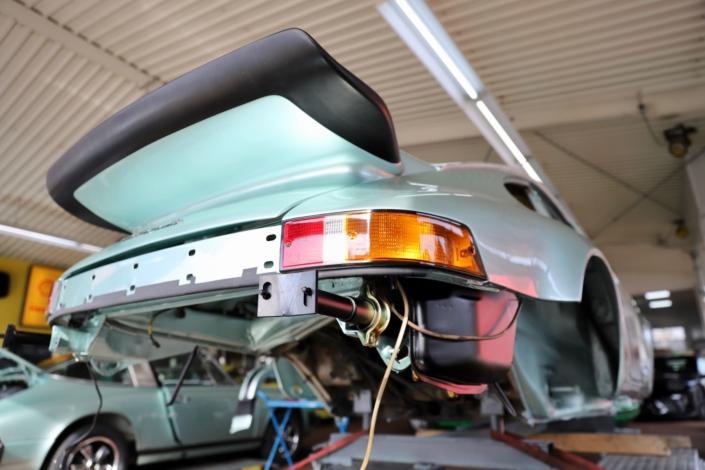 Endmontage Öltank 1977 Porsche 911 Carrera 3.0 Silbergrün