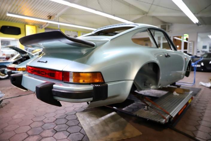 Endmontage Heck 1977 Porsche 911 Carrera 3.0 Silbergrün
